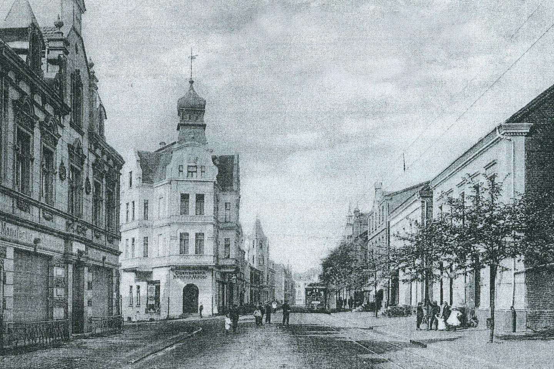 Werner Hellweg – so sah es früher aus. <br> Links: Kolonial- und Manufakturwaren, Porzellan Johann Noeding<br> Eckhaus Rolandstraße: Zigarren, Tabakwaren Heinirch Möller <br> rechts: Schreinerei, Sarglager Heinrich Schäfer <br>(Postkarte vor 1910)